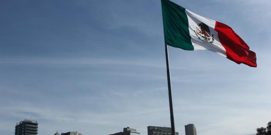 La bandera inspira a hacer de México un mejor país: Sedena