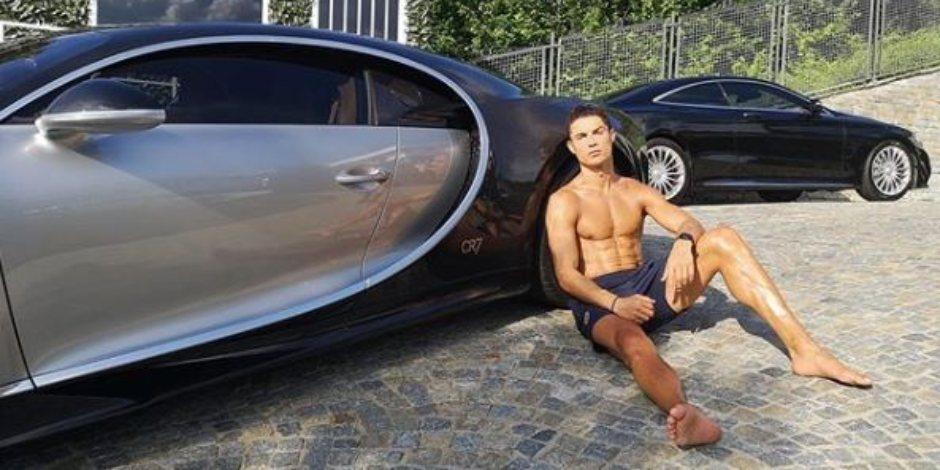 Cristiano Ronaldo toma el sol sobre su Bugatti de más de 3.5 millones de dólares