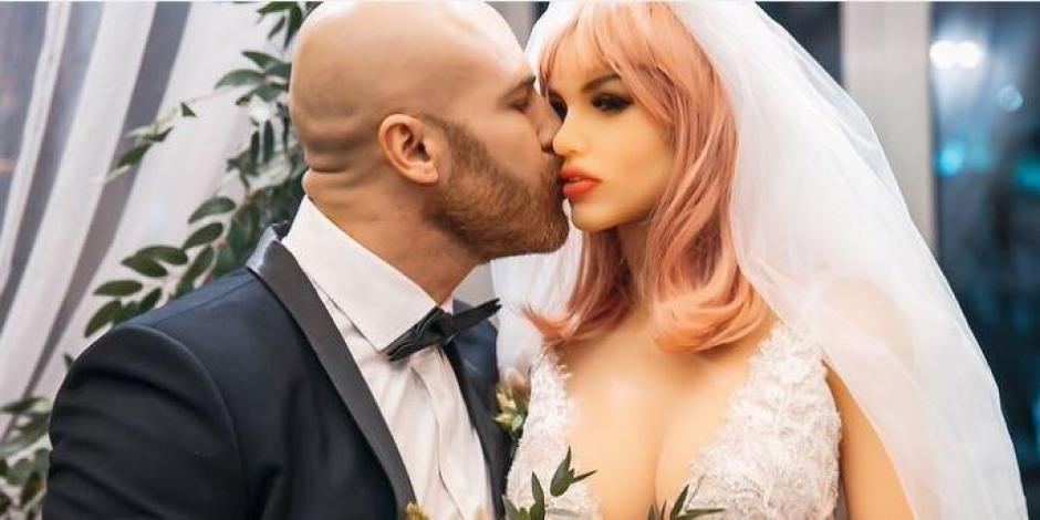 Hombre se casa con su muñeca inflable