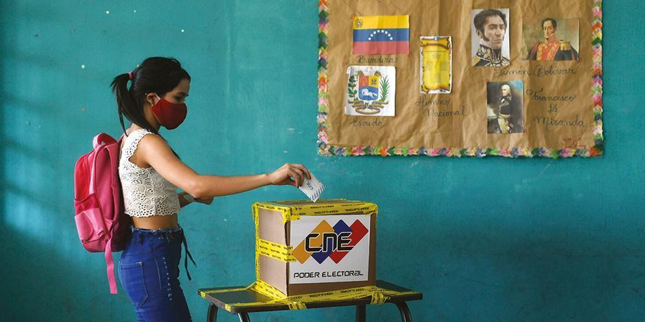 UNA VOTANTE emite su voto para elegir a los miembros de la Asamblea Nacional en Caracas, ayer.