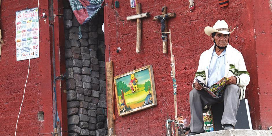 Un adulto mayor pasa el tiempo afuera de su casa, en plena contingencia, en Chimalhuacán, Edomex.