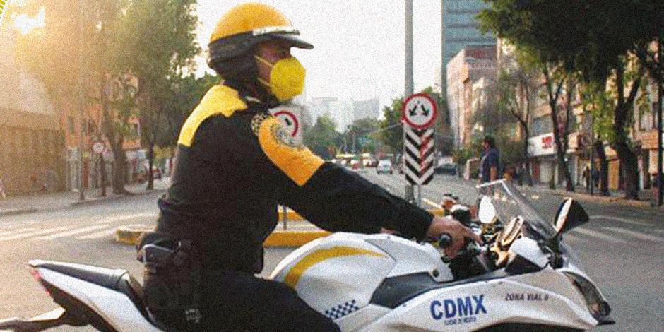 El oficial Norberto Sánchez, tras regresar el dinero, ayer.