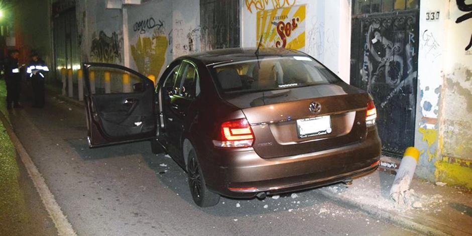La imagen de un automóvil particular despojado en Cuernavaca, en diciembre.