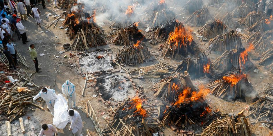 Fallecidos por Covid-19 son incinerados, ayer, en un crematorio de Nueva Delhi, India.
