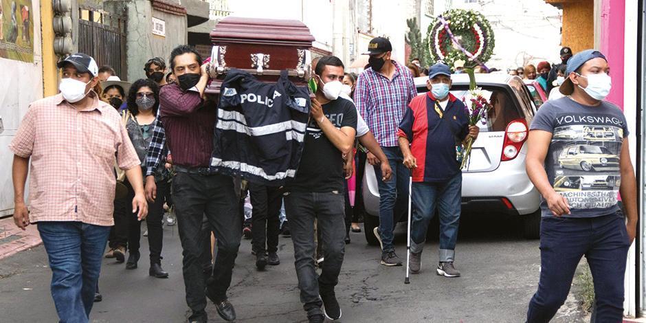 Sepelio de una víctima del desplome de la ballena del Metro de la Línea 12,  en Tláhuac, ayer.