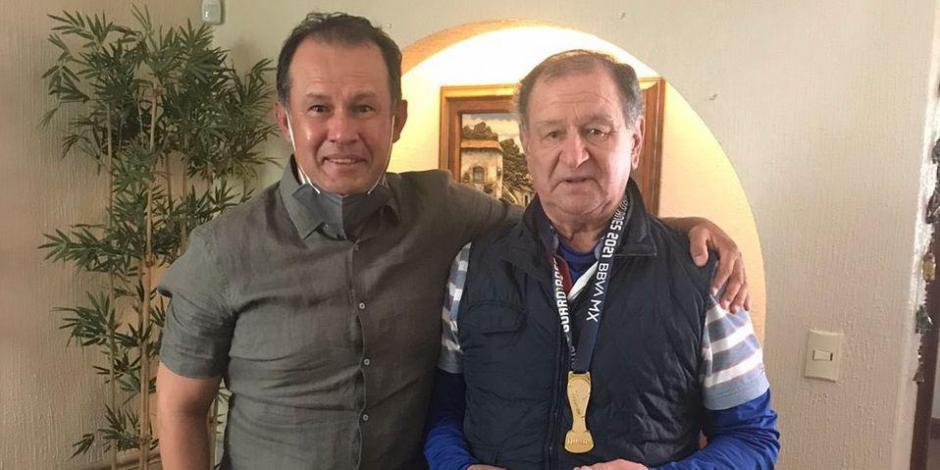 CRUZ AZUL: Juan Reynoso regala medalla de campeón a Enrique Meza