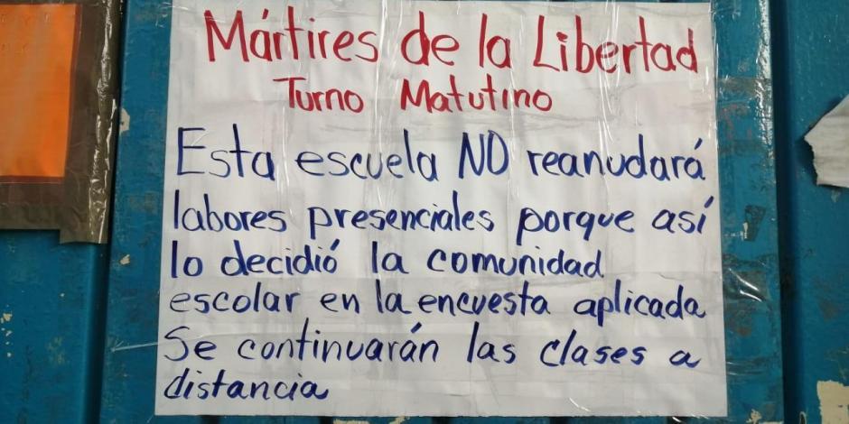 Letrero pegado en la puerta de una primaria de la CDMX, ayer.