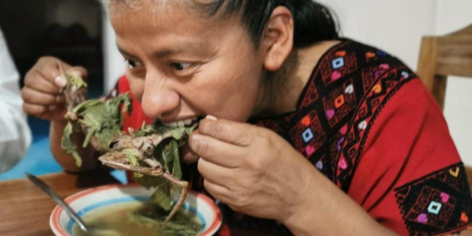 Irma Juan Carlos, diputada federal por Morena del estado de Oaxaca, comiendo rata de monte, el pasado sábado.