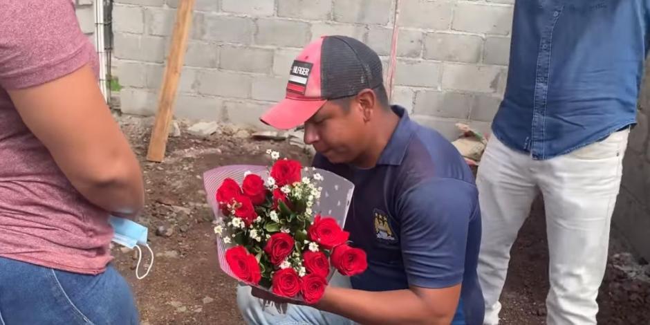 Albañil pide matrimonio a su novia en medio de una obra de construcción