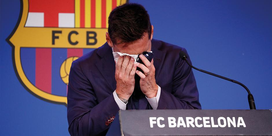Messi se seca las lágrimas, ayer, en conferencia de prensa en el Camp Hou.