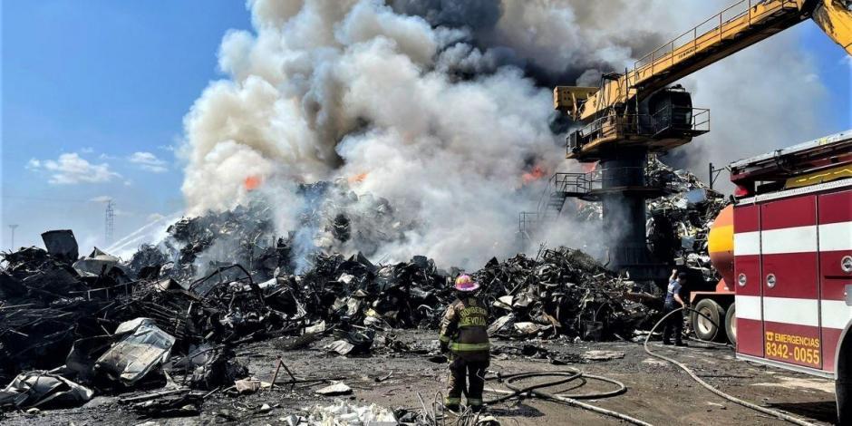 Bomberos, incendio chatarrera en Nuevo León