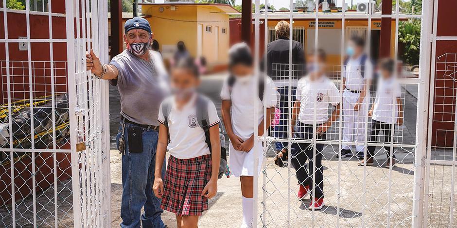 Menores regresan al plantel José Azueta, en Xalapa, Veracruz, ayer.
