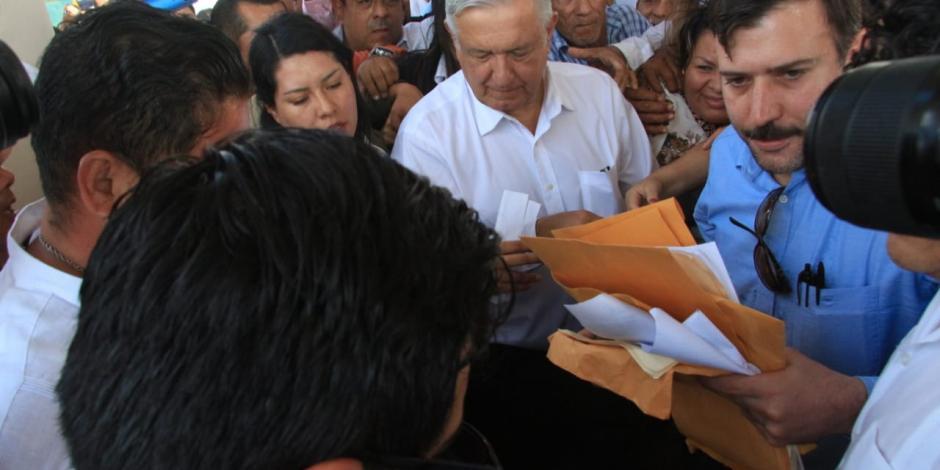 AMLO-ya-se-encuentra-en-Villahermosa-Tabasco-el-presidente-fue-recibido-entre-empujones-y
