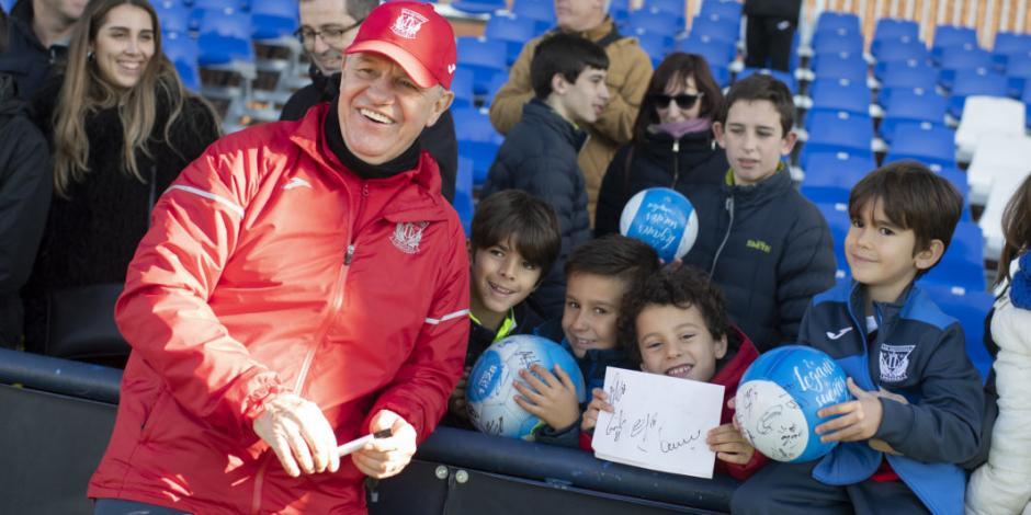Javier Aguirre y el Leganés regalan obsequios a niños por Día de Reyes