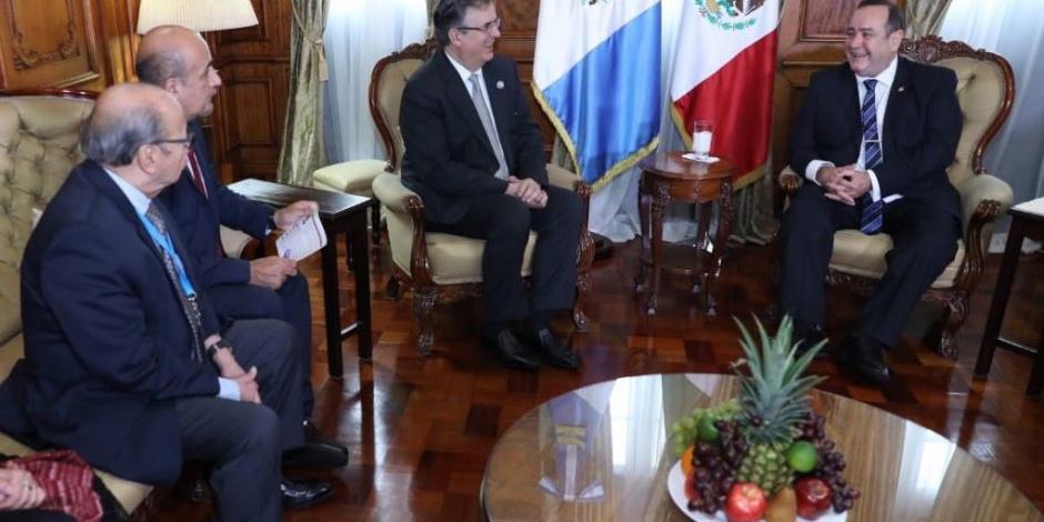 Marcelo Ebrard arriba a México tras encuentro con presidente de Guatemala