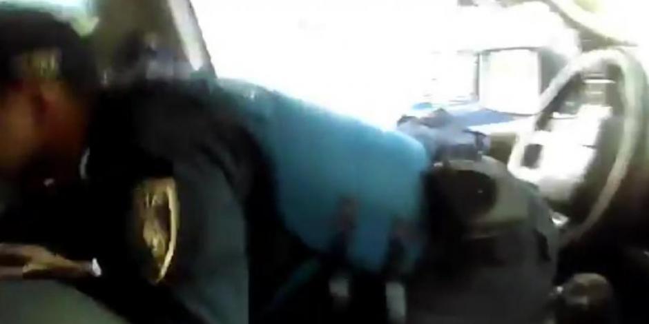 """Policía """"maneja"""" patrulla con los pies y con el trasero (VIDEO)"""