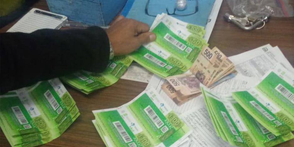 ¡Todavía hay gente buena! Usuario del Metro devuelve cartera con $10 mil