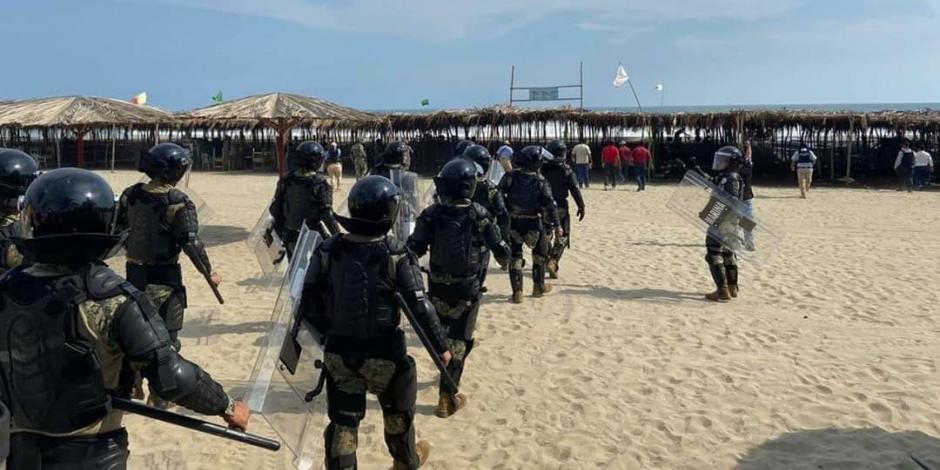 Marinos y antimotines desalojan a turistas de playa Revolcadero de Acapulco