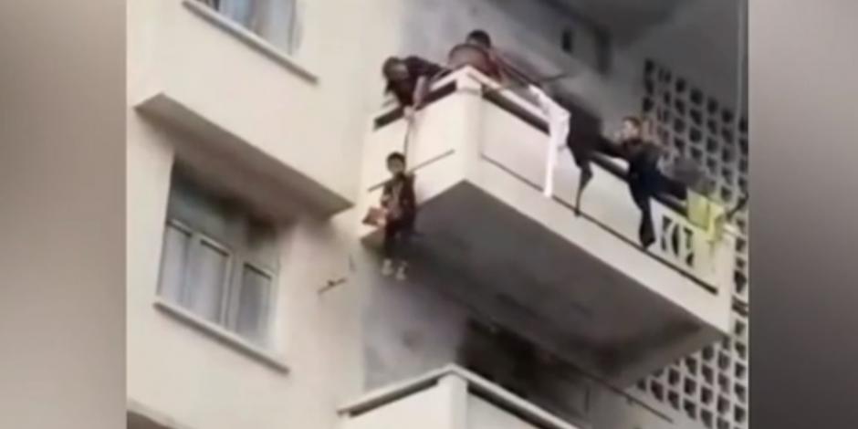 Para salvar a su gatito, abuela cuelga a su nieto de un quinto piso (VIDEO)