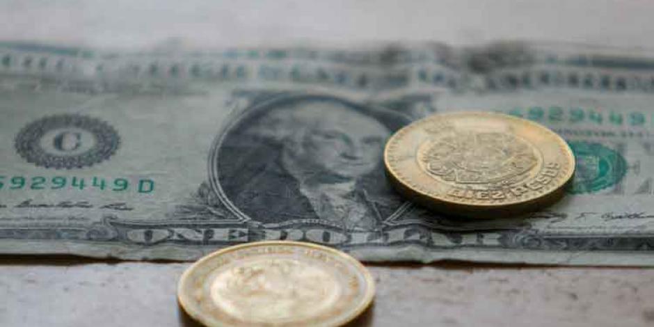 Peso pierde 29 centavos; dólar cotiza en $24.57 en bancos
