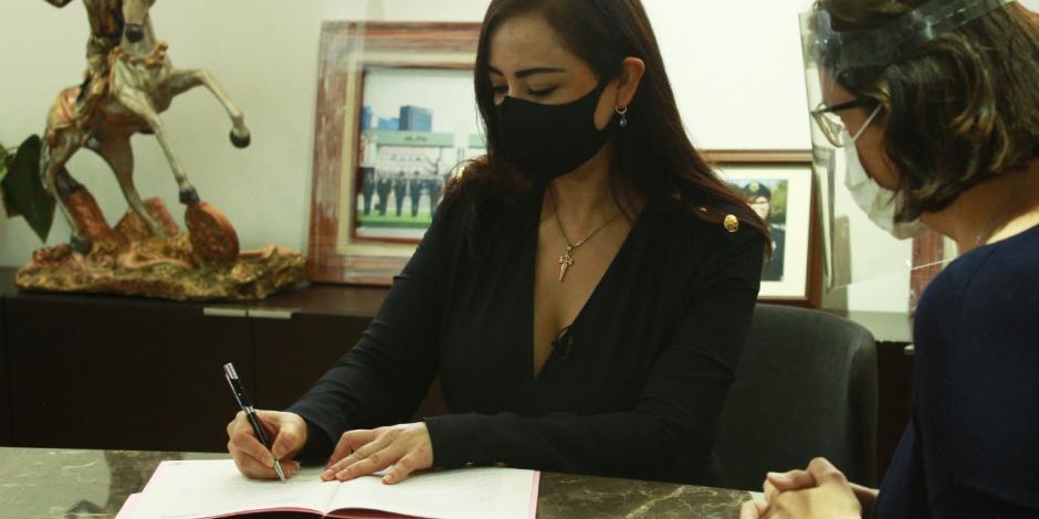 Patricia Durán firma escrituras de la Universidad Pública Naucalpense