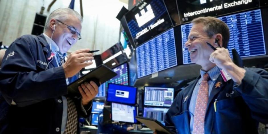 Wall Street abre en verde ante disminución de solicitudes iniciales por desempleo en EU