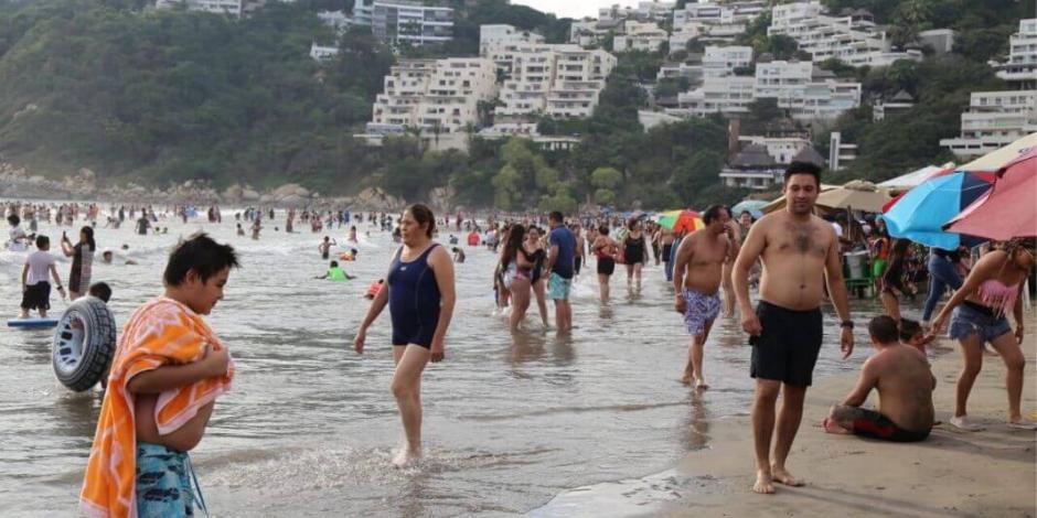 En Guerrero  vacacionistas  siguen disfrutando de la gastronomía, sol y playa de los destinos turísticos