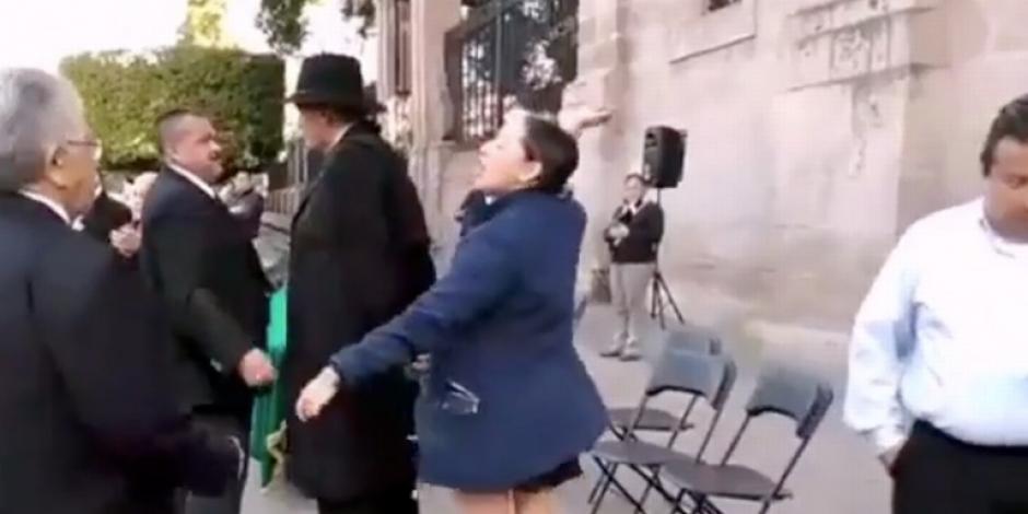 Joven llama pederasta a Mireles y recibe un golpe; viralizan video