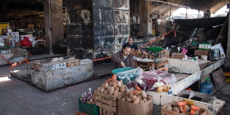 Por daño estructural, demuelen parte afectada del Mercado de la Merced