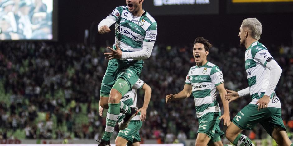 Con 2 penaltis, Santos vence al León y suma sus primeros puntos