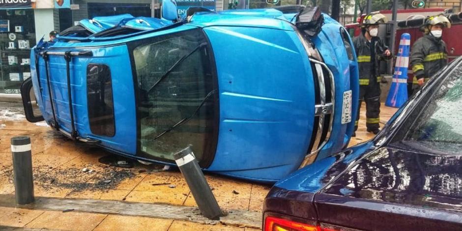 Vuelca camioneta sobre Av Chapultepec tras chocar con patrulla