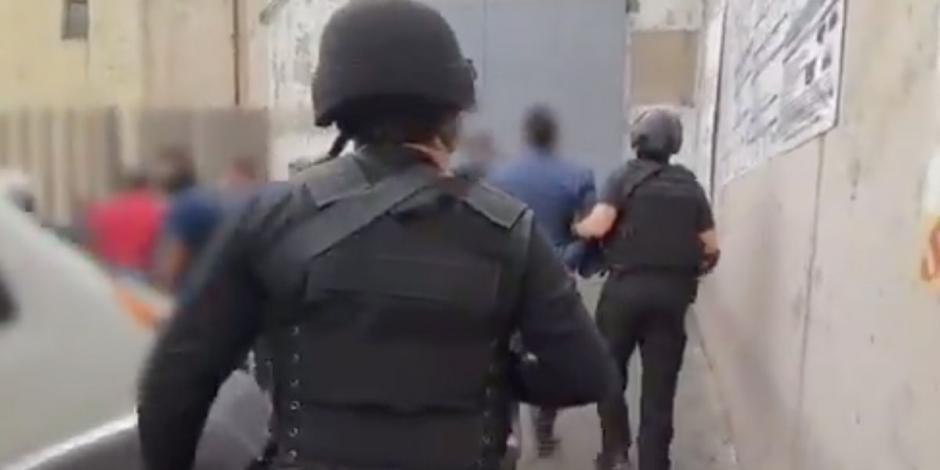 Caen 4 policías por fingir cateo para robar residencia