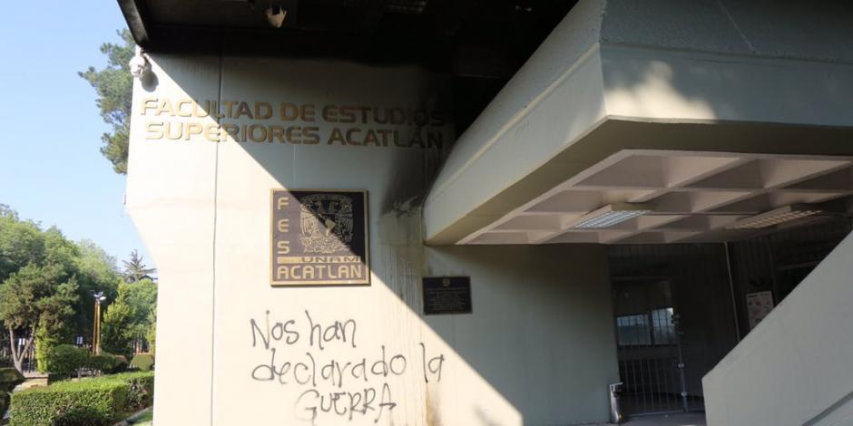Embozados incendian oficina de FES Acatlán