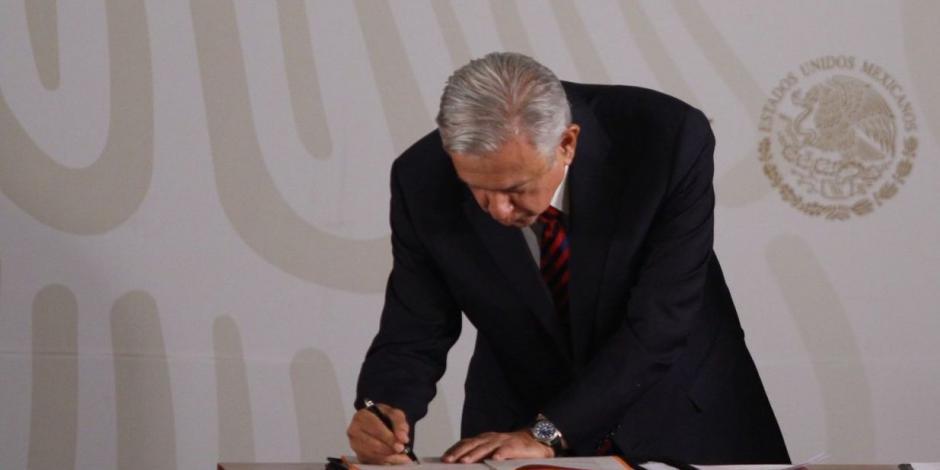 Firma AMLO decreto para permitir ausencia de trabajadoresvulnerables