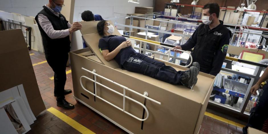 Diseñan cama para pacientes con COVID-19 que puede usarse como ataúd