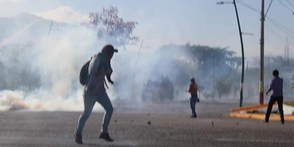 Padres de los 43 normalistas denuncian represión de policías en Chiapas