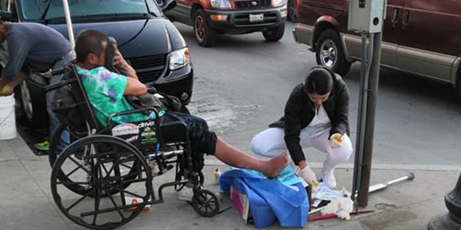 Enfermera cura a hombre en situación de calle y se vuelve viral (FOTOS)
