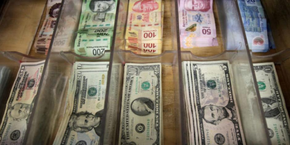 Peso pierde 1.43%; dólar cotiza en $24.70 por unidad en bancos