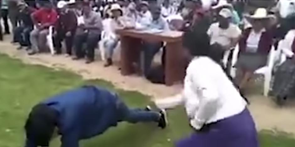 Con latigazos, madre castiga a su hijo por robar celular (VIDEO)