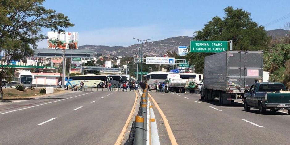 Normalistas bloquean Autopista del Sol tras desalojo en Chiapas
