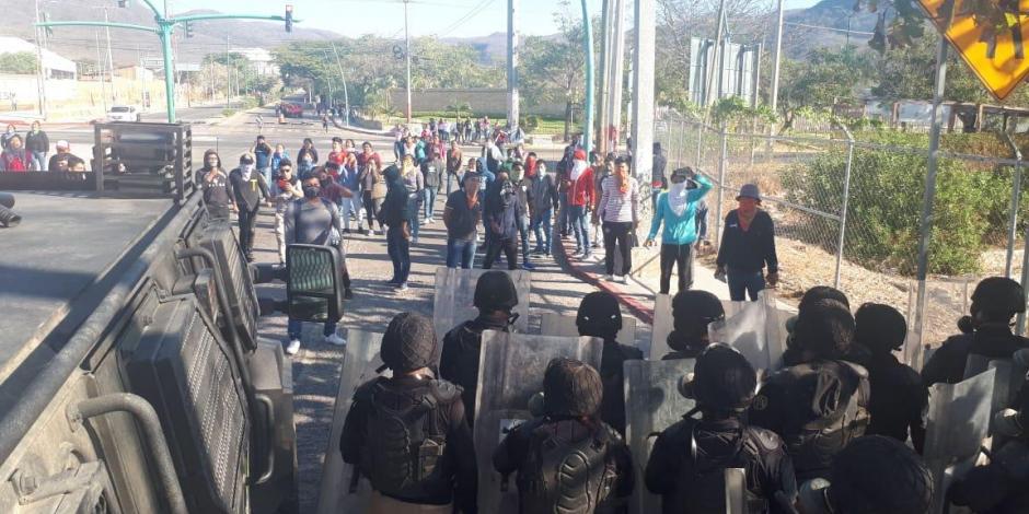 Desalojan a normalistas que bloqueaban carretera en Tuxtla Gutiérrez