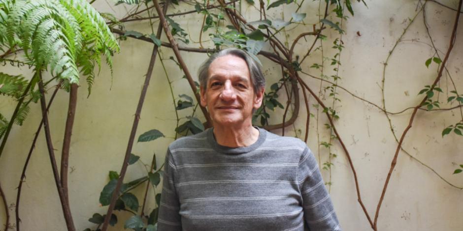 Alberto Ruy Sánchez evoca la naturaleza migrante de las jacarandas