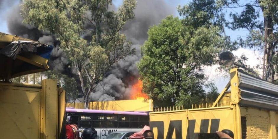 Incendio en depósito de camiones de Coyoacán afecta a 13 vehículos