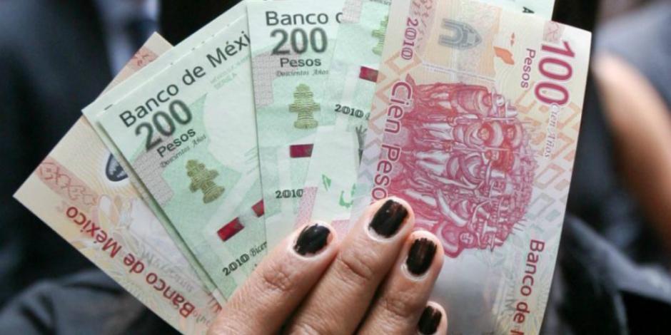 Peso gana 1.61%; dólar cotiza en $23.91 por unidad en bancos