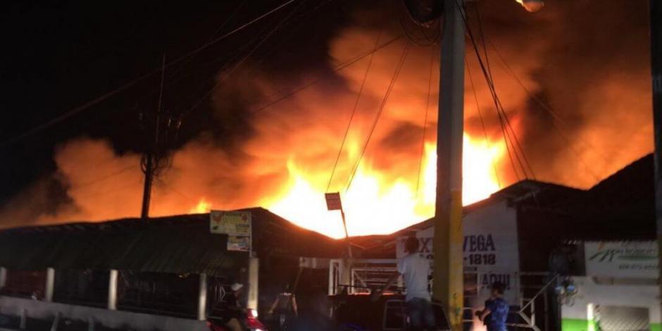 Incendio en mercado de Granaditas despierta a vecinos de Tepito
