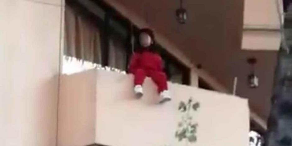 Rescatan a niña que estuvo a punto de caer desde un balcón en MH