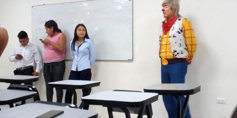 Joven va a clases vestido de payaso porque no tuvo tiempo de cambiarse