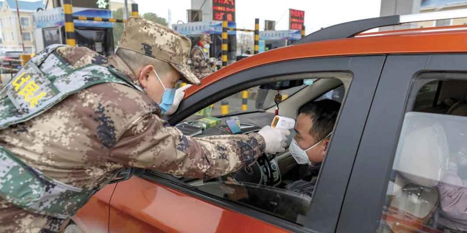 China prohibe tránsito de vehículos en el centro de Wuhan