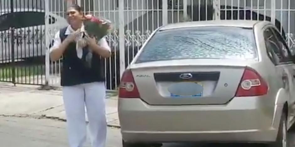 Reciben con flores, música y porras a enfermera en Guadalajara (VIDEO)