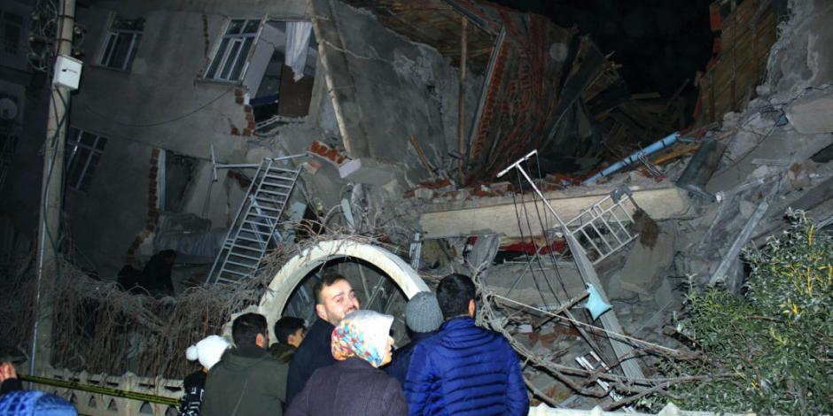 Así fue el terromoto que dejó 18 muertos y 30 atrapados en Turquía (VIDEOS)